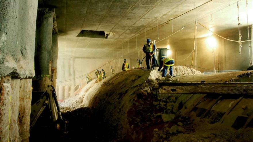 Demolición de la antigua bóveda del túnel sobre la protección metálica en la estación de Plaza de España