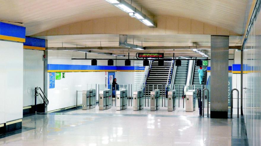 Vestíbulo bajo calle Preciados, estación de Sol, escaleras, torniquetes