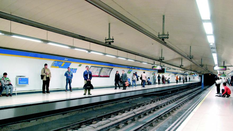 Nuevos andenes de la estación de Sol, con personas esperando la llegada del tren