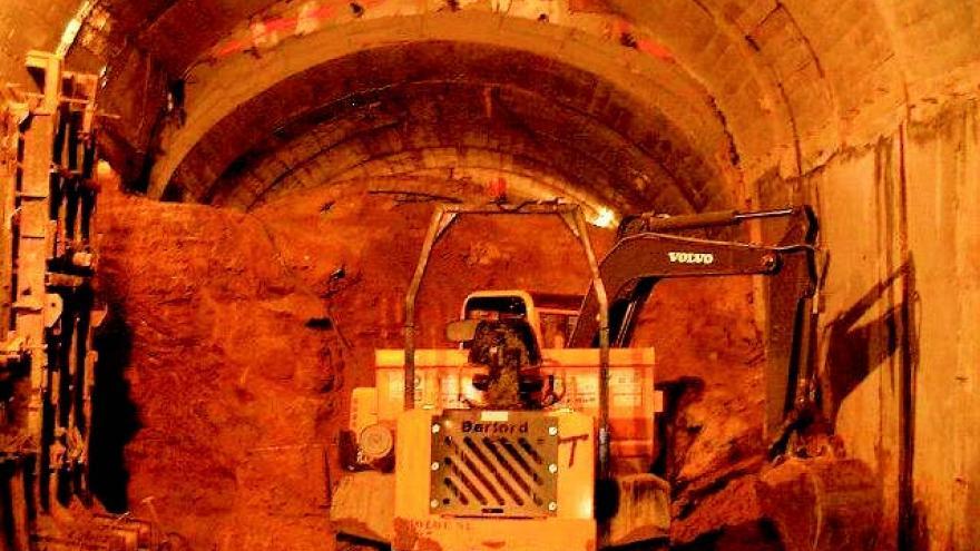 Excavación tras el hormigonado de hastiales, método tradicional de Madrid