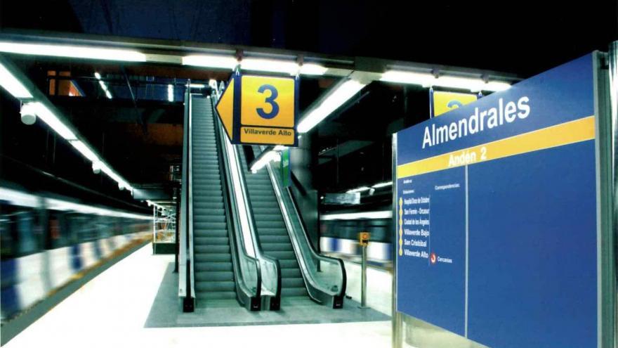 Andenes de la estación de Almendrales con el cuerpo de escaleras en el andén central