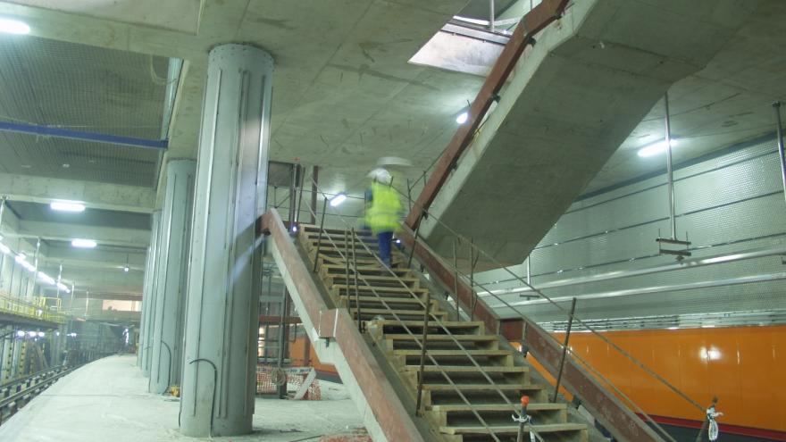 Estación de Almendrales en obras, se aprecia la escalera
