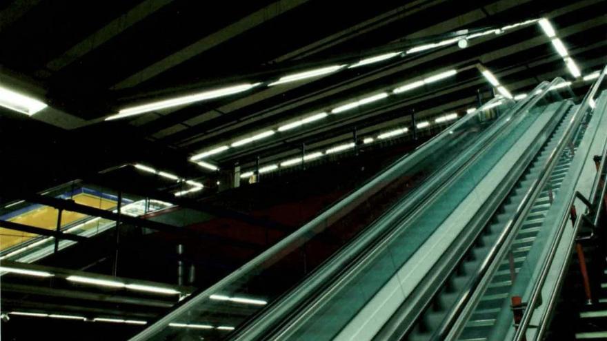 Cuerpo de escaleras de bajada a andén de la estación San Cristóbal