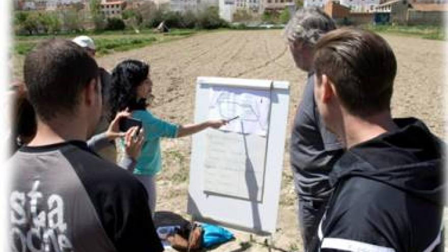 alumnos planificando las parcelas para cultivos en un terreno