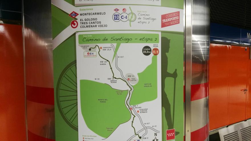 Detalle del cartel de la Ruta Verde del Camino de Santiago situado en una columna dentro de la estación de Montecarmelo