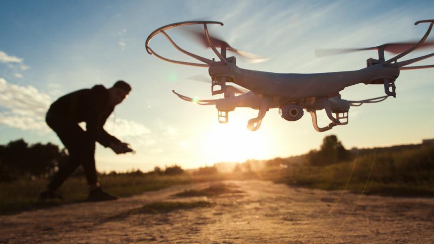 Hombre volando un dron