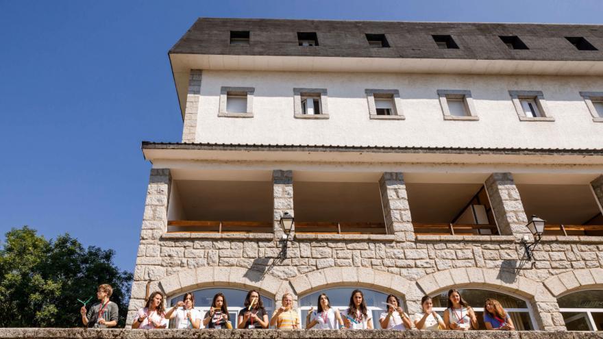 Jóvenes junto al edificio de Albergue Villa Castora