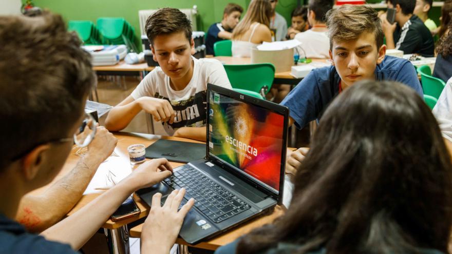 Grupo de trabajo de chicos en Albergue Villa Castora