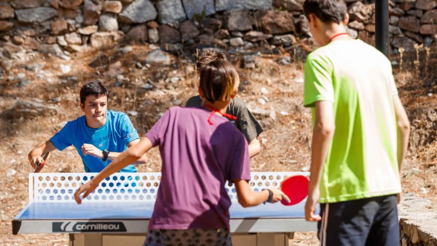 Jugando al pingpong en Albergue Villa Castora
