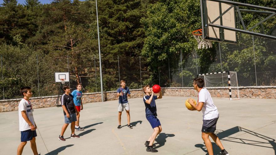 Jóvenes jugando al baloncesto en Albergue Villa Castora