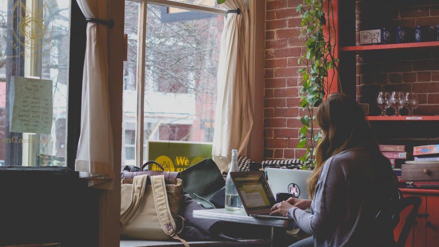 Chica con un ordenador en una casa