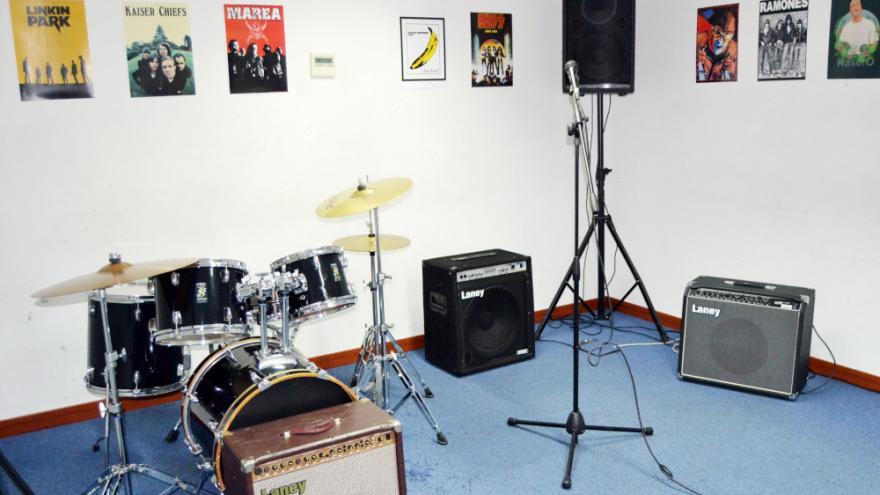 Sala de ensayo de música equipada con equipos de música