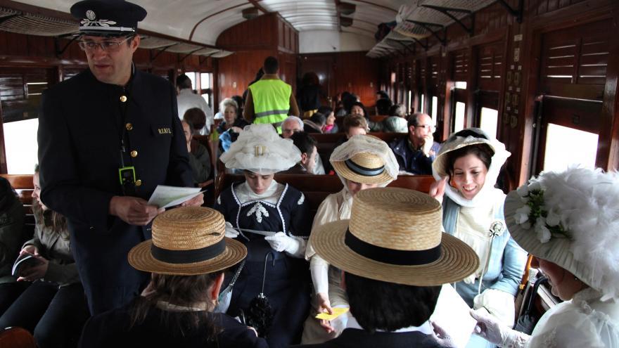 Pasajeros del Tren de la Fresa ataviados con trajes de la época