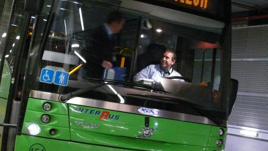 Frontal de autobús interurbano en un intercambiador