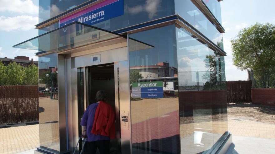 Persona con maleta entrando en el ascensor exterior de la estación de Metro de Mirasierra