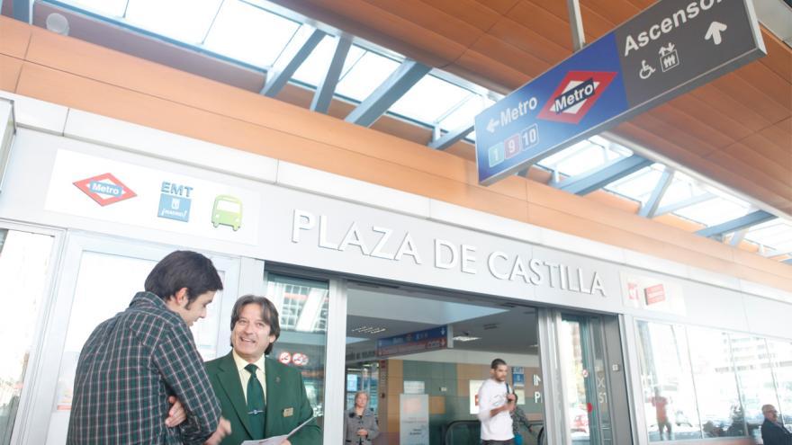 Persona usando el servicio de información del intercambiador de Plaza de Castilla