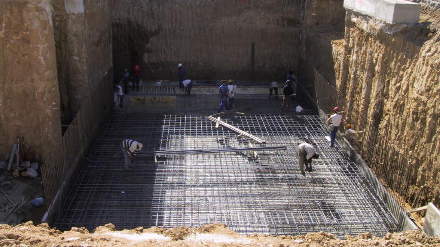 Obreros trabajando en el ferrallado de la losa de fondo del cajón