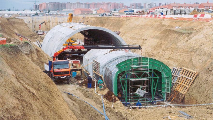 Ejecución de la bóveda de la estación Manuela Malasaña, en primer plano, el falso túnel