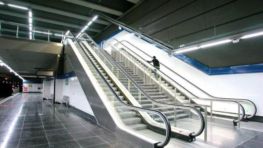 Escaleras mecánicas y fijas agrupadas en los laterales del andén