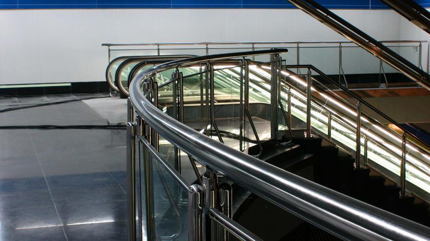 Detalle barandilla-mirador sobre la plataforma de andenes