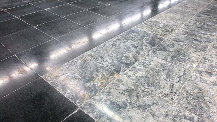 Pavimento de Puerta del Sur en gris berroqueño con cenefa negra