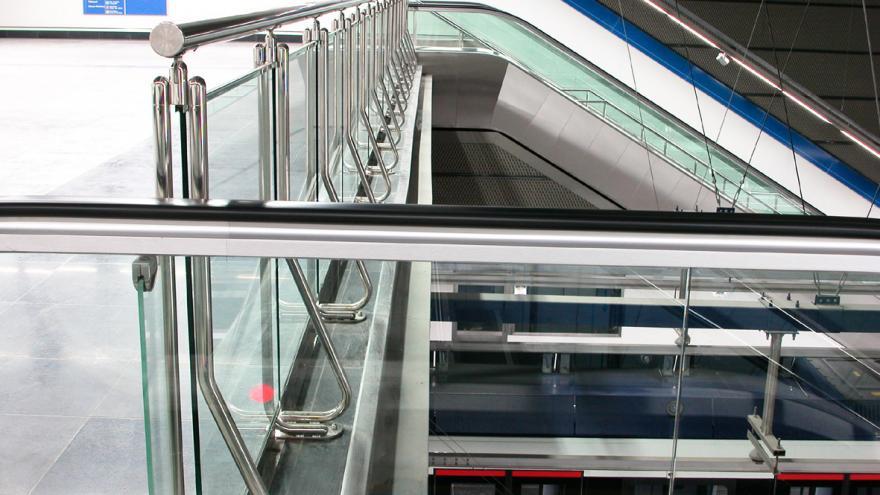 Mirador de acero inoxidable y vidrio, detalle