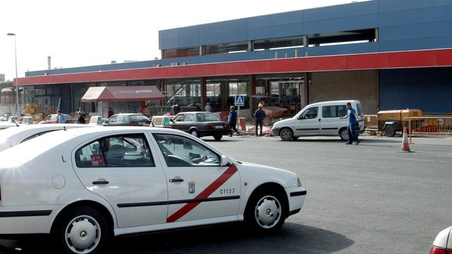 Parada de taxi frente a la estación Alcorcón Central