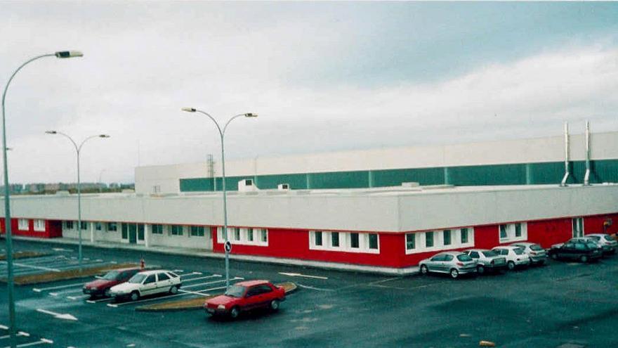 Vista del edificio auxiliar y del aparcamiento (cocheras Loranca)