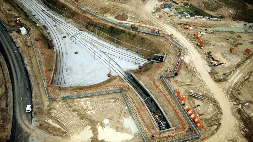 Vista aérea en la que se aprecia el final de los túneles y el inicio de la playa de vías de las Cocheas de Loranca