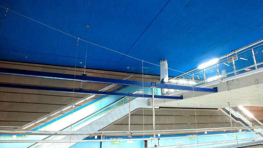 Estación Parque de Lisboa con un color azul intenso en el techo