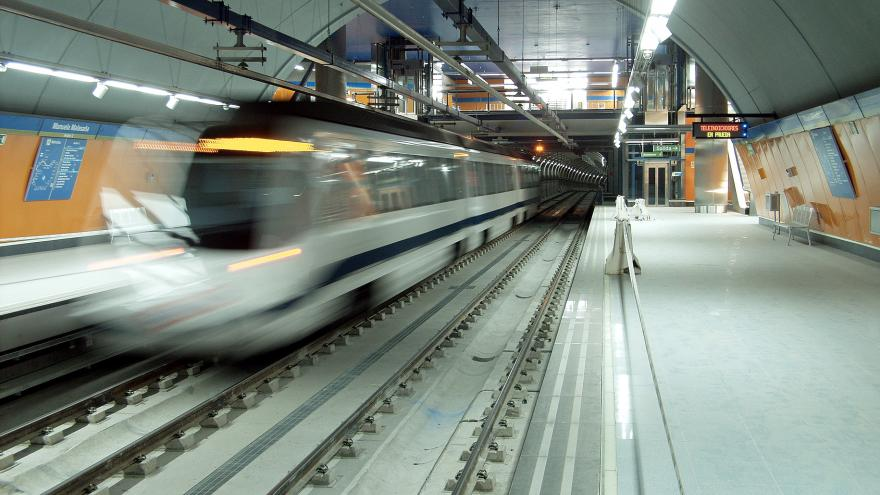 Tren circulando por la Estación Manuela Malasaña