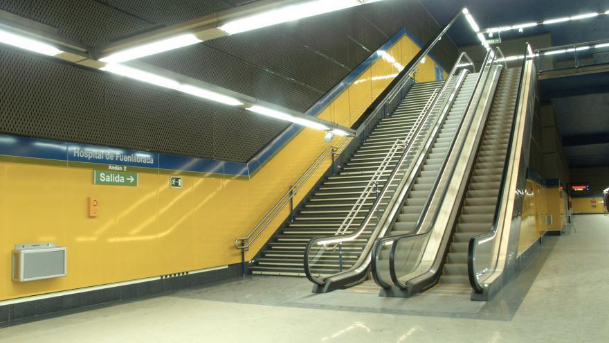 Escaleras fijas y mecánicas en la estación Hospital de Fuenlabrada