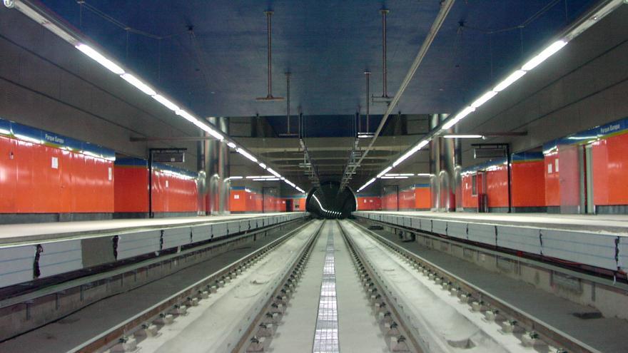 Vista de la estación Parque de Europa, andenes, vías, luminarias, catenaria