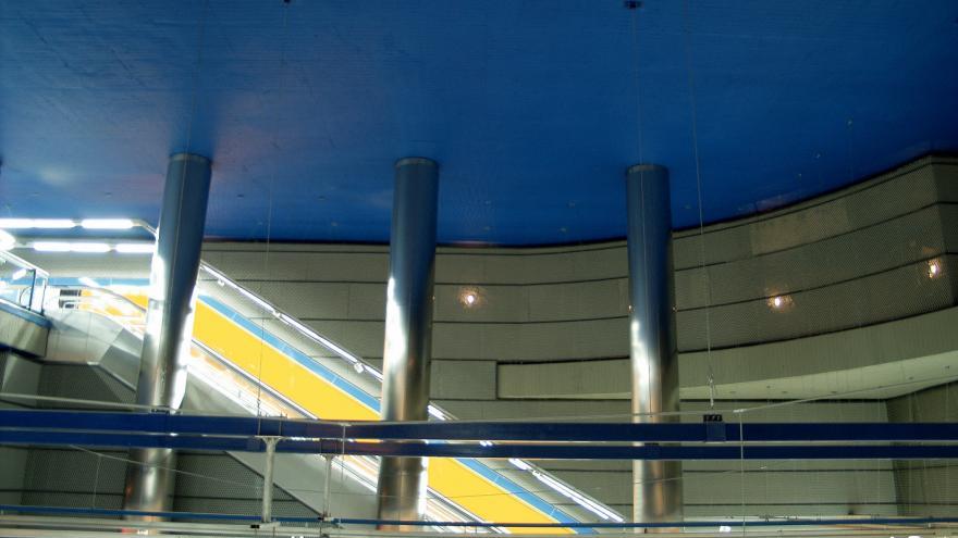 Estación Parque de los Estados. Detalle de los techos de un color azul intenso y las columnas de acero