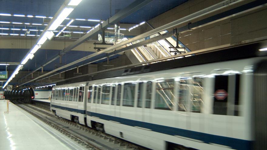Tren en la estación. Detalle luminarias