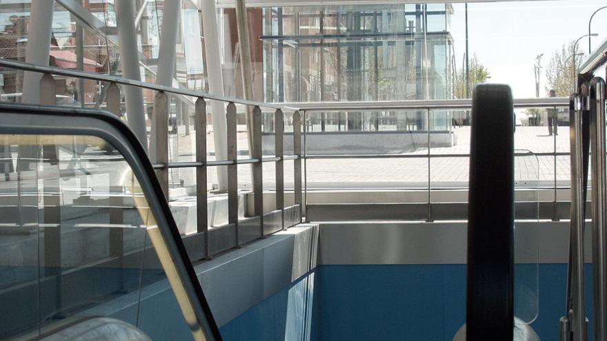 Desde la entrada al templete, vista hacia la calle donde se aprecia el ascensor de bajada