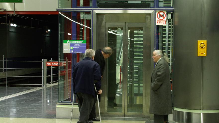 Personas esperando el ascensor