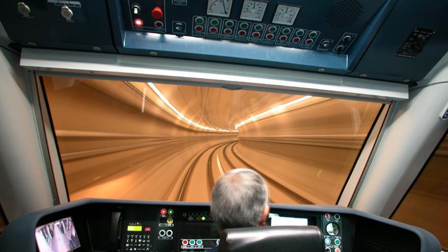 Conductor en una cabina del tren serie 8000