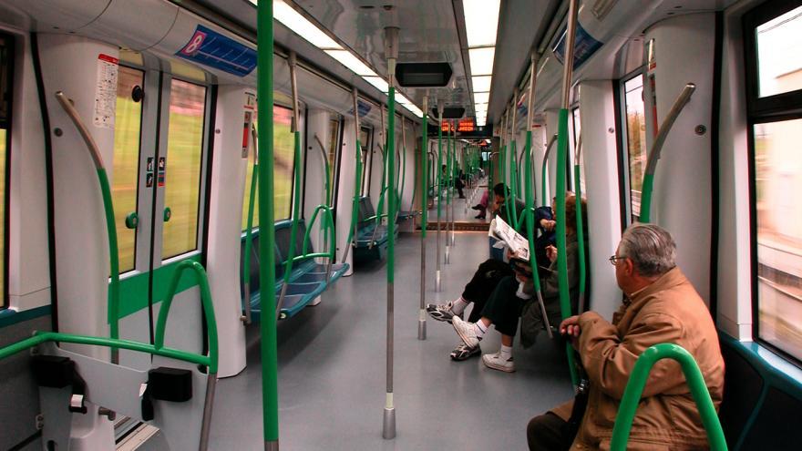 Personas en el interior de un vagón de la serie 8000