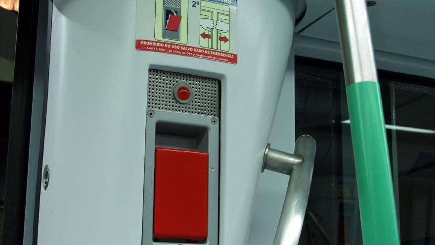 Sistema de desbloqueo de puertas en un vagón de la serie 8000