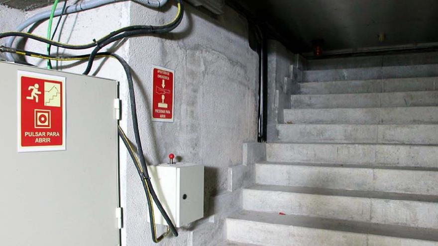 Escaleras de la salida de emergencia y mecanismo de apertura