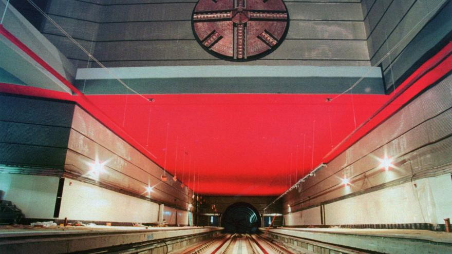 Vista desde vía de la estación Móstoles Central con el mural de la cabeza de la tuneladora