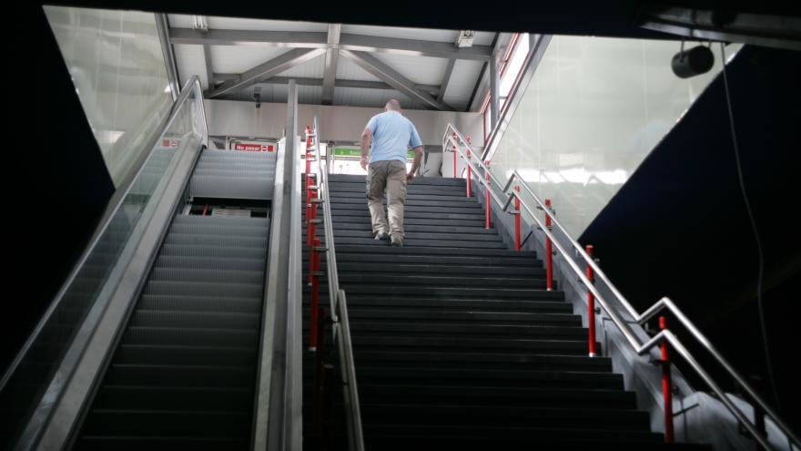 Escaleras fijas y mecánicas estación Avenida de Europa