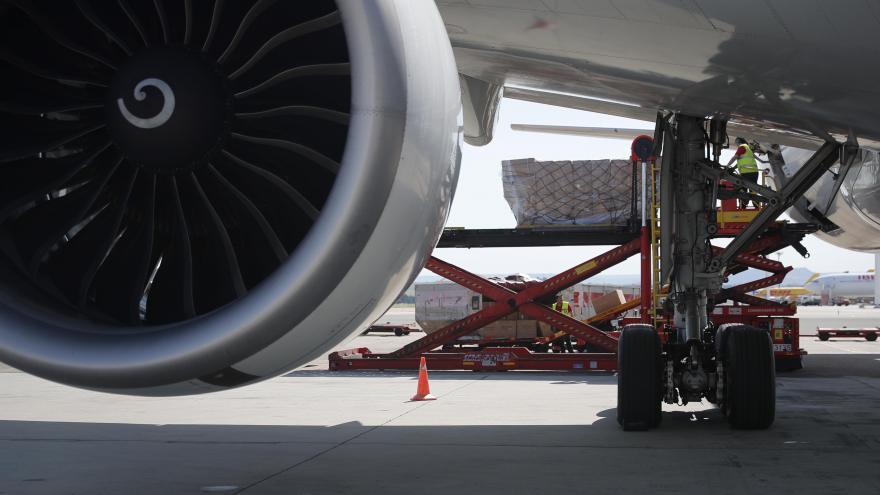 Motor avión descarga material sanitario