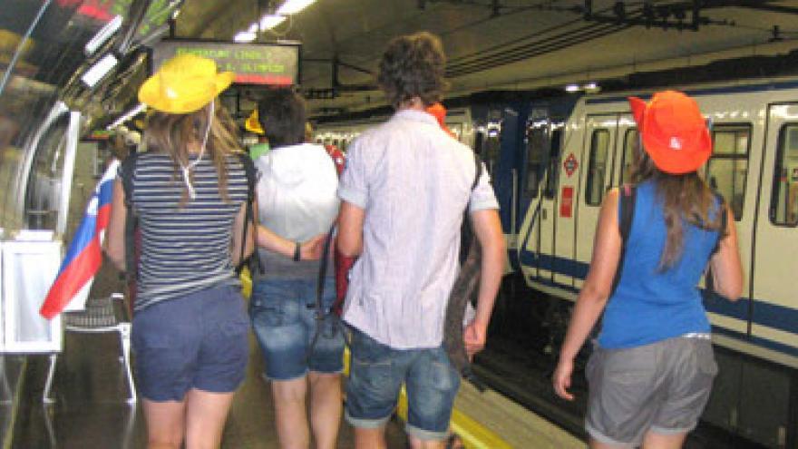 Turistas en andén de Metro