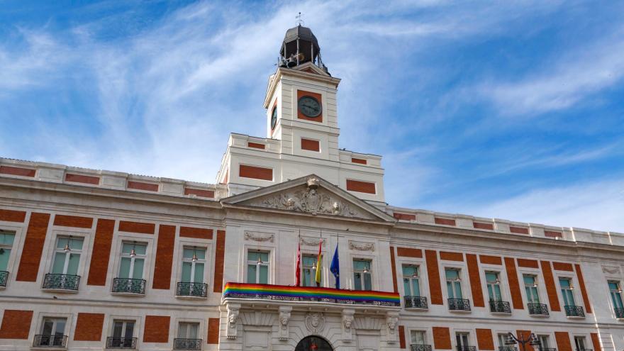 La Real Casa de Correos luce la bandera arcoíris con motivo de la Semana del Orgullo