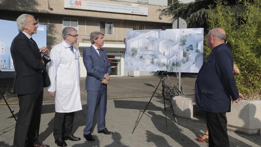 El presidente de la Comunidad de Madrid, Ángel Garrido, acompañado por el consejero de Sanidad, Enrique Ruiz Escudero, ha presentado hoy en el Hospital Gregorio Marañón los proyectos de reforma de dos de los principales pabellones de este centro sanitario