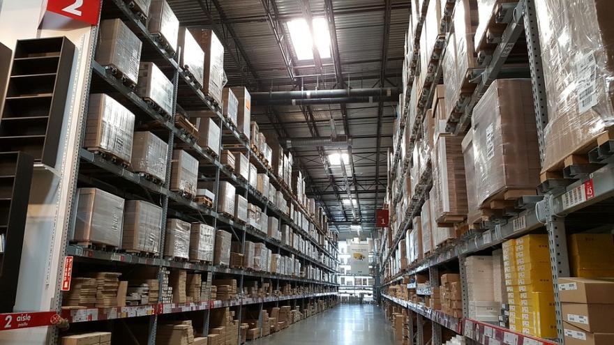 Estanterías con cajas en local de almacenamiento