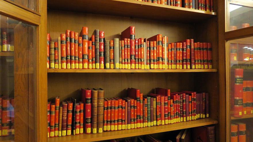 una sección de la biblioteca