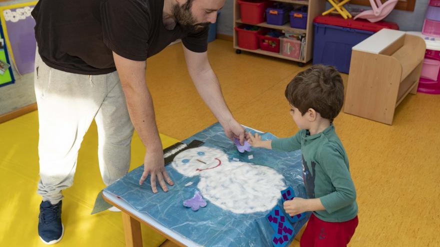 Un profesor con su alumno en la Escuela Infantil 'El tren de la fresa'